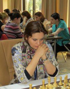 mihaela_sandu_playing_chess